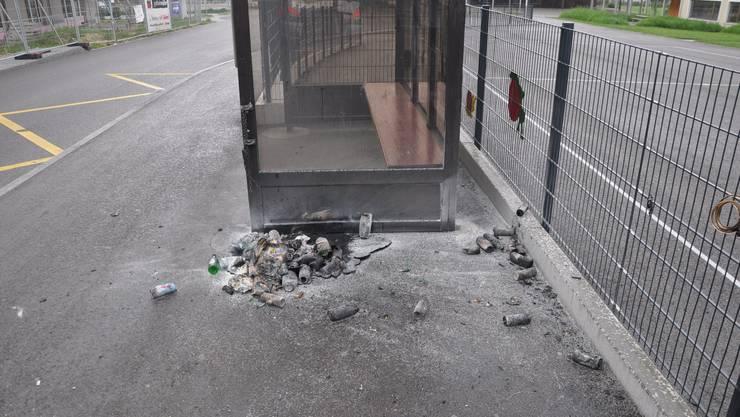 In Matzendorf wurde der Unterstand der Bushaltestelle und ein Abfalleimer beschädigt.