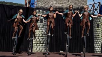 Der Kinderzirkus Robinson verwandelt den Bahnhofsplatz in Baden mit seinem Programm in ein akrobatisches Mittelalterfest.