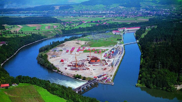Die Beznau, das Energieherz der Schweiz Am Kanalende das Wasserkraftwerk von 1902. Vorne das AKW Beznau 1, 1966.
