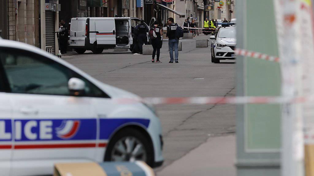 Der mutmassliche Täter des Paketbombenanschlags im französischen Lyon vom vergangenen Freitag hat ein Geständnis abgelegt. Gemäss Justizangaben gestand der 24-jährige, der Terrormiliz Islamischer Staat (IS) die Treue geschworen zu haben.