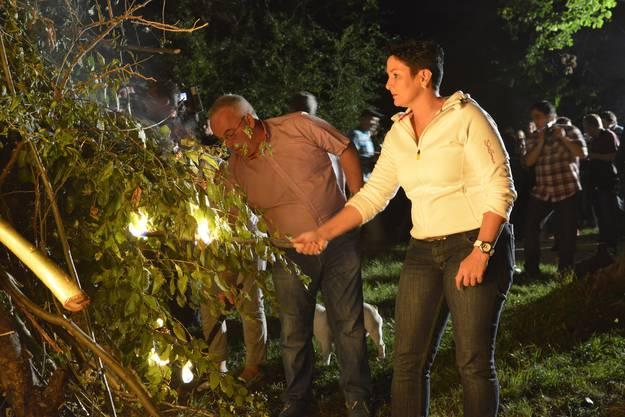 FDP Nationalrätin Daniela Schneeberger hilft mit, das Höhenfeuer zu entzünden.