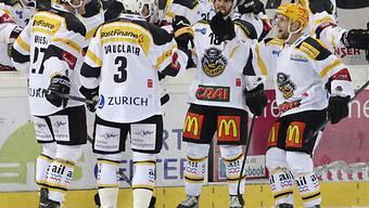 Die Spieler des HC Lugano feiern den Auswärtssieg in Rapperswil