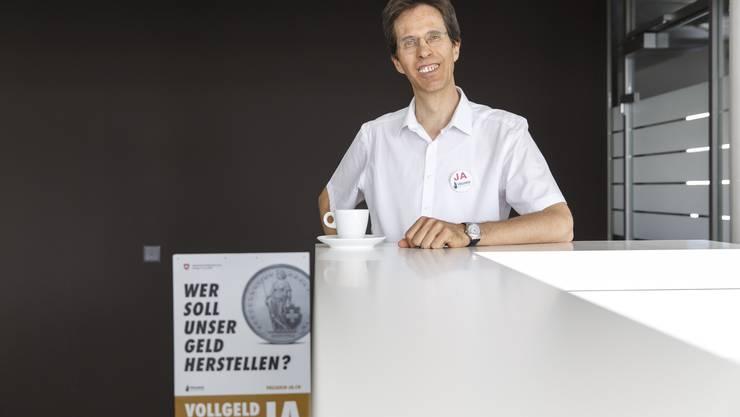 «Ja» auf dem Shirt-Button, «Ja» auf dem Plakat – der Ingenieur Ewald Kornmann kompensiert seit März Überzeit, um für das Vollgeld zu weibeln.