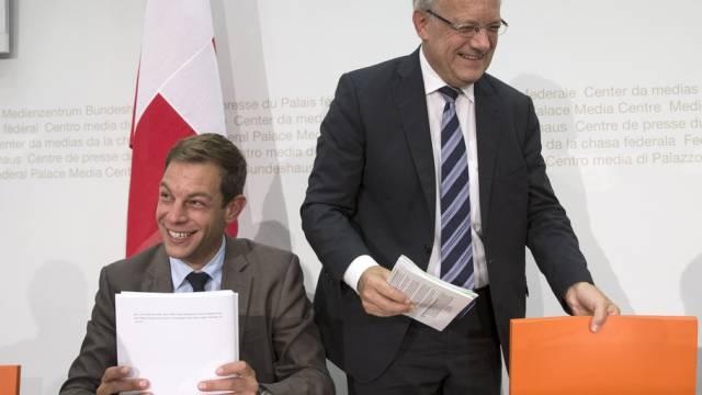 Bundesrat Johann Schneider-Ammann (r.) nach der Medienkonferenz