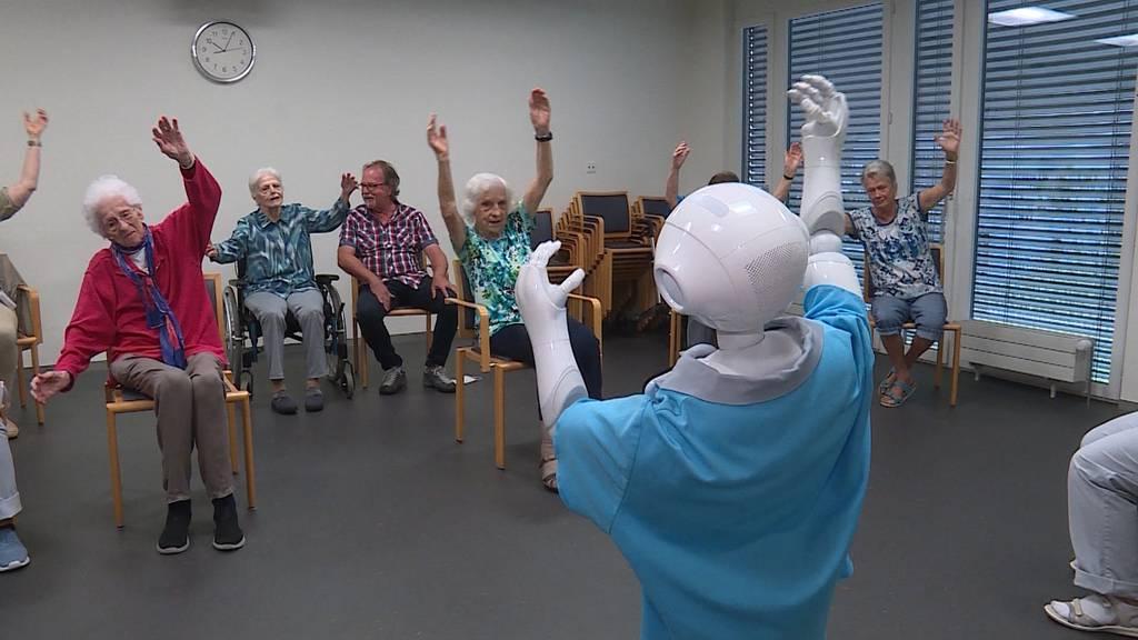 Ungewohnter Besuch: Roboter Pepper sorgt im Seniorenzentrum in Aarburg für gute Laune