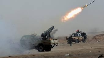 Rebellen vor Adschdabija schiessen Raketen auf die Regierungs-Truppen