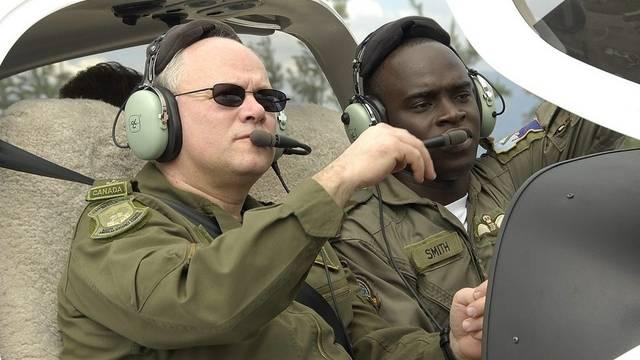 Der Kanadier Charles Bouchard (links) übernimmt die Leitung des NATO-Einsatzes in Libyen (Archiv)