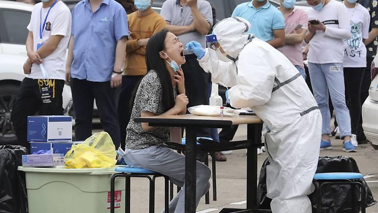 Corona-Test in Wuhan in der zentralchinesischen Provinz Hubei. Foto: Uncredited/CHINATOPIX/AP/dpa