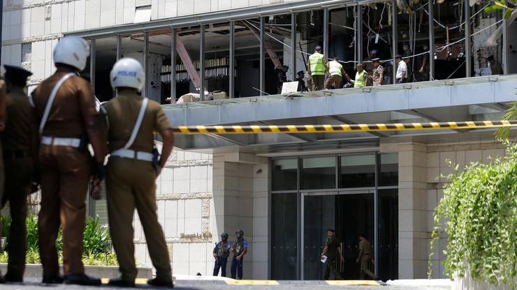 Eine Explosion ereignete sich auch im Hotel Shangri-la. Polizisten und Forensiker sichern nach dem Attentat Spuren.