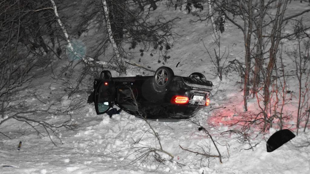 Der 22-jährige Autolenker konnte das total beschädigte und auf dem Dach liegende Fahrzeug unverletzt verlassen.