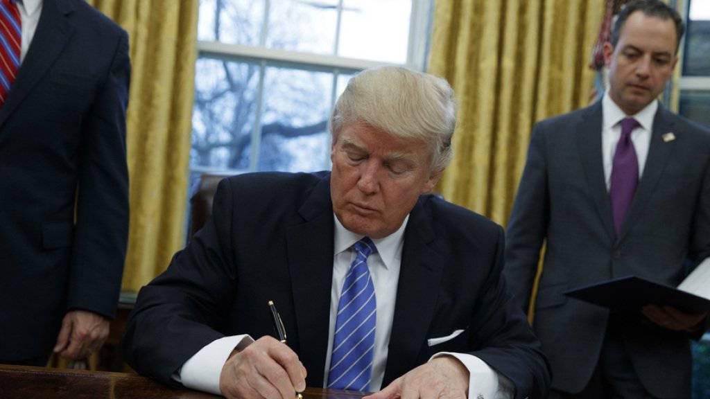 Lässt Worten Taten folgen: Trump unterzeichnet den Erlass zum Ausstieg aus dem transpazifischen Handelsabkommen TPP.