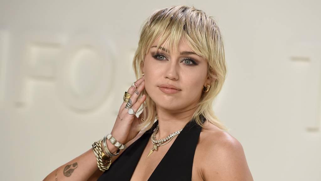 ARCHIV - Miley Cyrus, US-amerikanische Schauspielerin und Sängerin, besucht in den Milk Studios die Tom-Ford-Show. Foto: Jordan Strauss/Invision/AP/dpa