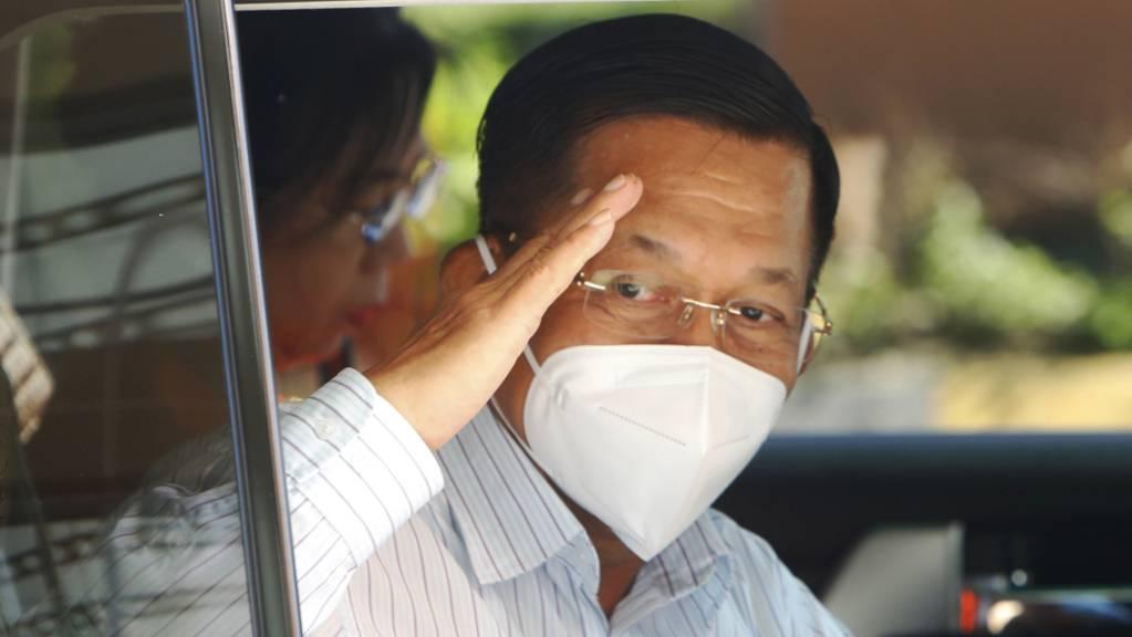Min Aung Hlaing, Oberbefehlshaber des Militärs, verlässt ein Wahllokal.