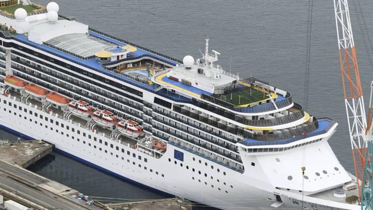 Auf dem Kreuzfahrtschiff Costa Atlantica, das in einer Werft im japanischen Nagasaki vor Anker liegt, sorgen Coronafälle für Probleme. (Archivbild)