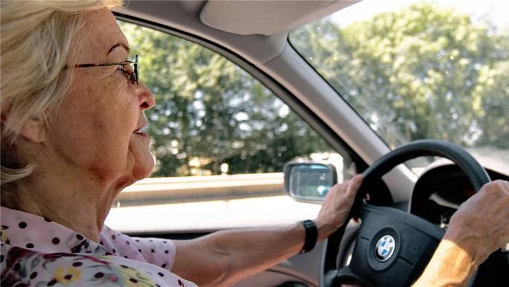 Senioren ab 70 müssen alle zwei Jahre ihre Fahrtauglichkeit beweisen – künftig beim Verkehrsmediziner. Schapowalow/Zoellner