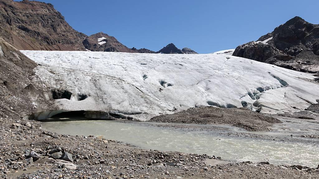 Der Klimawandel ist in Graubünden in Form von schmelzenden Gletschern durchaus greifbar. Mit Massnahmen im Umfang von 1,8 Milliarden Franken will die Bündner Regierung dagegenhalten. (Archivbild)