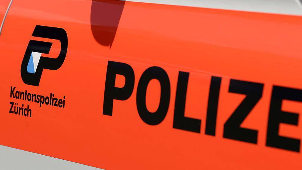 Zürcher Polizisten wollten am Donnerstagabend eigentlich in einer Wohnung Angehörigen eine Todesnachricht überbringen - und fanden dort einen toten Mann. (Symbolbild)