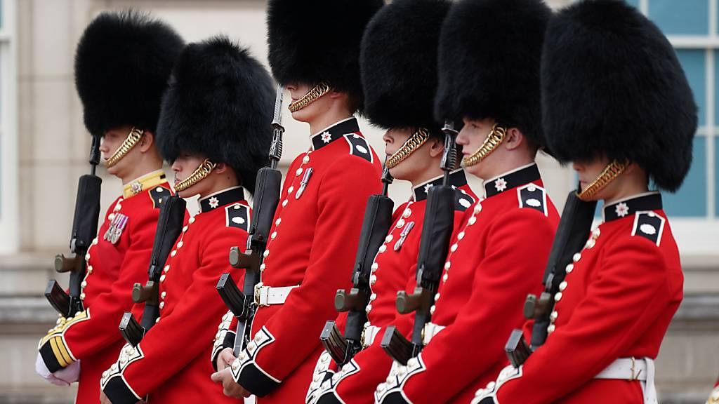 Zum ersten Mal seit dem Ausbruch der Corona-Pandemie findet der Wechsel der Wachen vor dem Londoner Buckhingham Palace wieder auf traditionielle Weise mit Publikum statt. Foto: Yui Mok/PA Wire/dpa