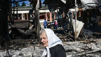 Eine Frau in der Nähe des Bahnhofs von Donezk