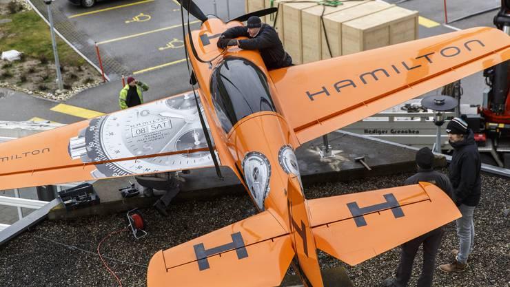 Hamilton setzte kürzlich ein neues Flugzeug auf das Dach des Airport Hotels.
