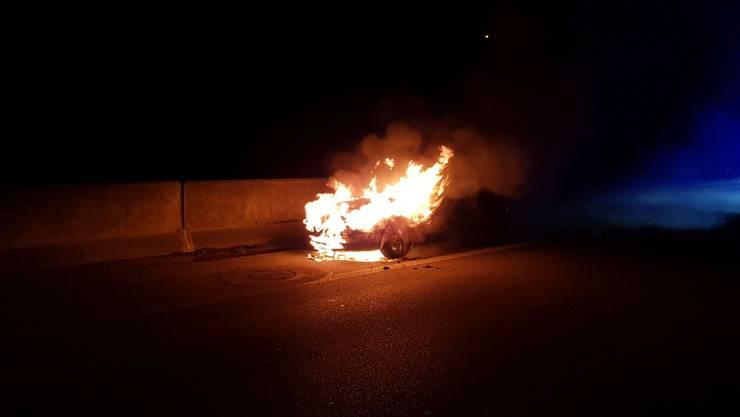 In der Nacht auf Montag geriet ein Auto in Vollbrand.