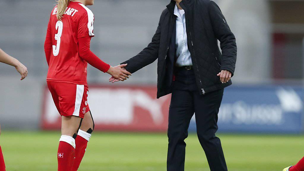Die Trainerin des Schweizer Fussball-Nationalteams gratuliert ihren Spielerinnen nach dem Abpfiff (Archivbild)