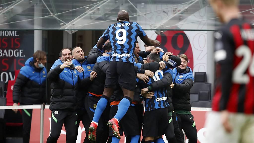 Grosser Jubel von Inter im Derby: Dank dem Sieg steht der Club alleine an der Tabellenspitze.