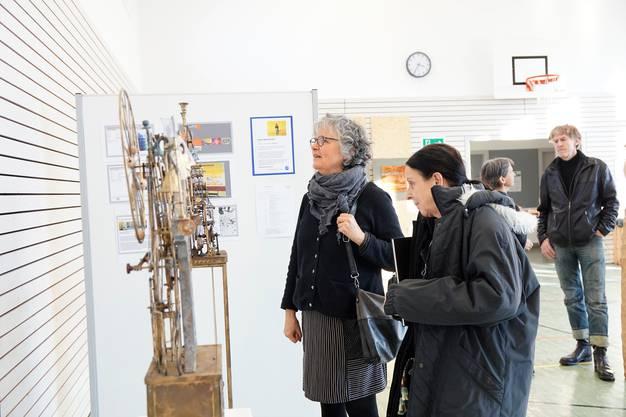 Die poetischen Maschinen von Paul Gugelmann faszinieren die Besucherinnen und Besucher der Kunstausstellung.