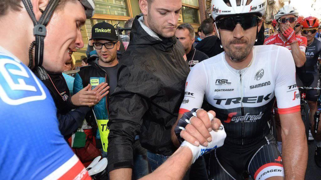 Ein enttäuschter Fabian Cancellara gratuliert im Ziel dem Franzosen Arnaud Démare, Gewinner der 107. Austragung des Klassiker von Mailand nach Sanremo