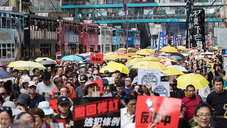 Zehntausende Menschen haben in Hongkong gegen die Regierung der chinesischen Sonderverwaltungsregion demonstriert.