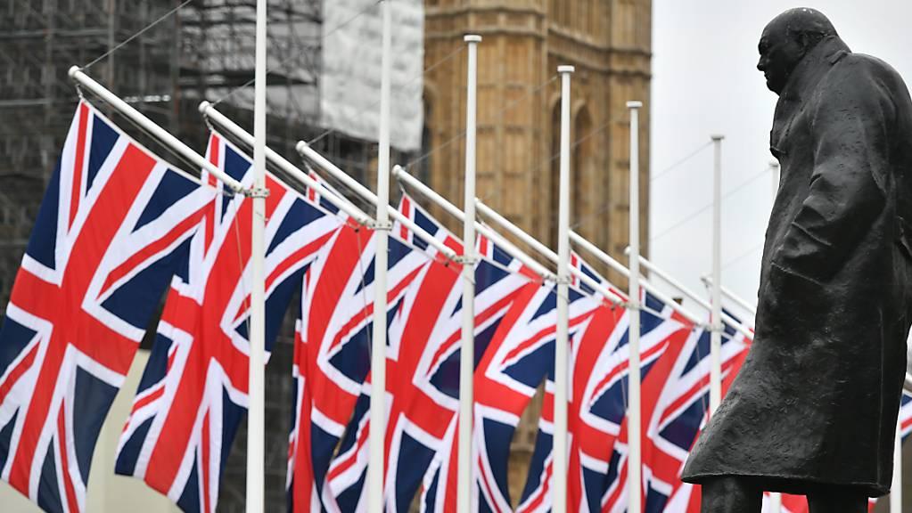 ARCHIV - Die Winston-Churchill-Statue und die britischen Flaggen auf dem Parliament Square. (zu dpa «EU sieht keine Chance mehr für längere Brexit-Übergangsphase») Foto: Dominic Lipinski/PA Wire/dpa