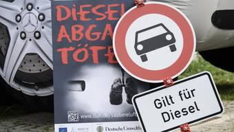 Während der Verhandlung des Bundesverwaltungsgerichts in Deutschland protestierten Diesel-Gegner vor dem Gebäude.