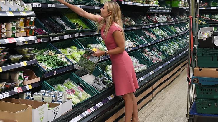 Eine Kundin in einem Tesco-Geschäft: Die britische Supermarktkette plant den Kahlschlag (Archivbild).