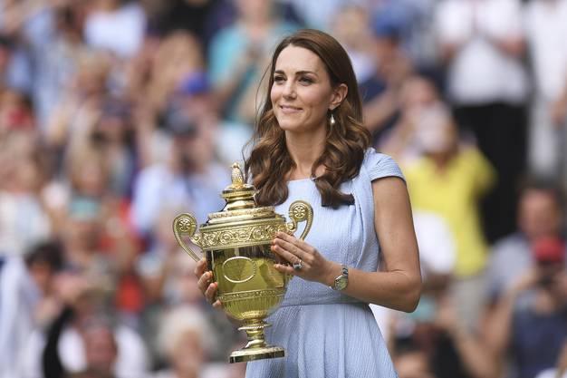 Herzogin Kate übergab die Trophäe.