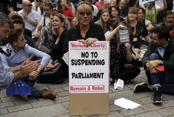 Noch am selben Abend versammelten sich an der Downing Street in London zahlreiche Demonstranten.