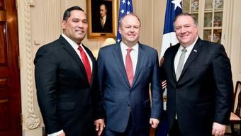 T. Ulrich Brechbühl (Mitte) ist ein langjähriger Wegbegleiter von Aussenminister Mike Pompeo (rechts).