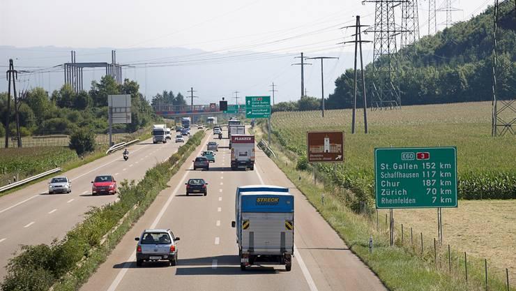 Auf dem A3-Abschnitt zwischen Augst und Rheinfelden Ost sollen in beiden Richtungen die Pannenstreifen als Verkehrsstreifen freigegeben werden. KEYSTONE