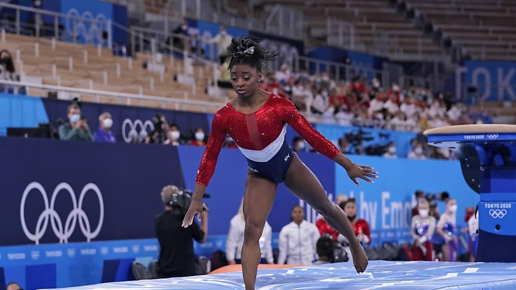 Simone Biles zieht sich während des Teamfinals zurück