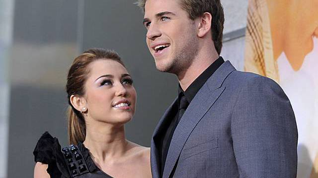 Miley Cyrus (l.) scheint Liam Hemsworth regelrecht anzuhimmeln
