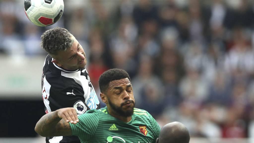 Kopfballduell im Spiel zwischen Newcastle United und Watford