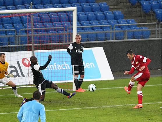 Adis Jahovic erzielt in Basel das 3:0 für den FC Zürich.
