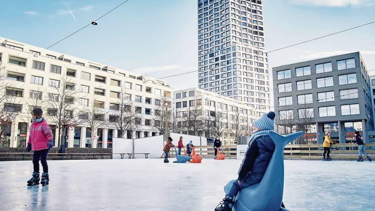 Auf dem Rapidplatz-Eisfeld können Jung und Alt noch bis 25. Januar ihre Schlittschuhkünste unter Beweis stellen.
