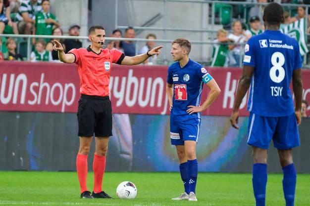 Schiedsrichter Lionel Tschudi zeigt an, dass er den Video Assistant Referee (VAR) konsultieren wird.