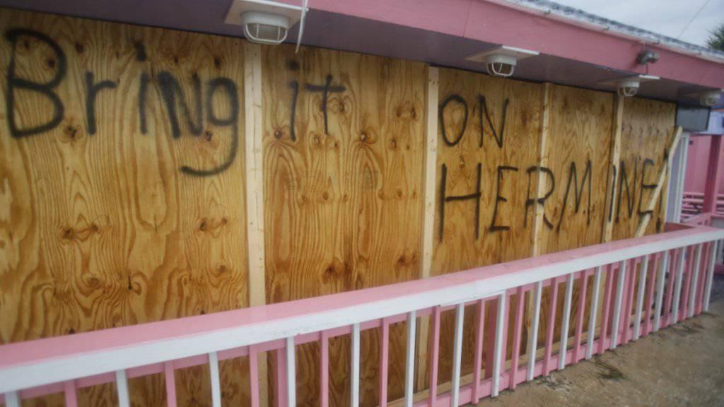 Wer hat Angst vor «Hermine»: Diese Bar in Florida hat die Schotten dicht gemacht vor der Ankunft des Hurrikans.