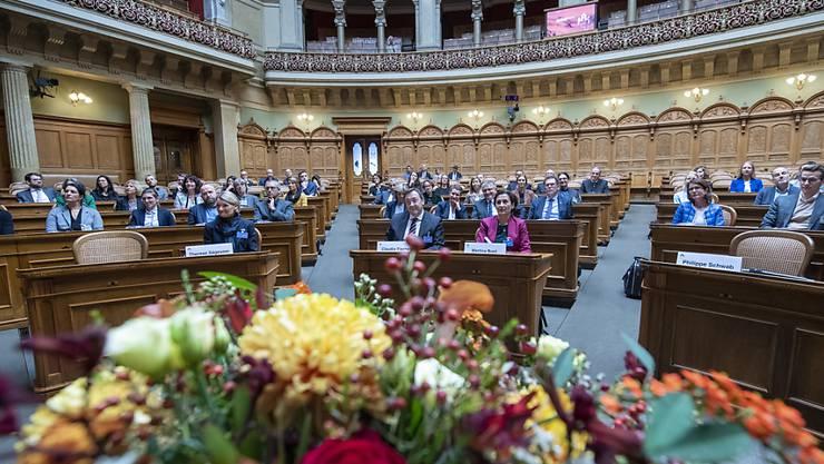 Was lesen die neuen Ratsmitglieder? Hier werden sie mit Blumen im Nationalratssaal willkommen geheissen.