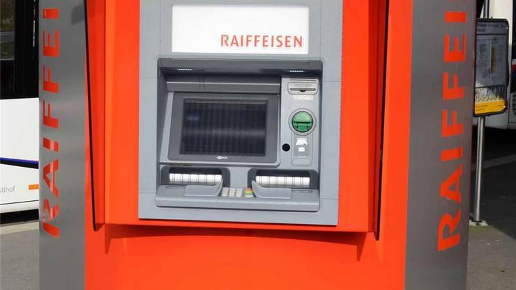 Der Bancomat an der Hauptgasse 13 wird voraussichtlich im Oktober in der Grünrabatte auf dem Dorfplatz durch ein frei stehendes Gerät ersetzt. (Symbolbild)
