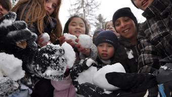 Diese Oberengstringer Schülerinnen und Schüler lieben Schneeballschlachten – vor allem während der Schulzeit.