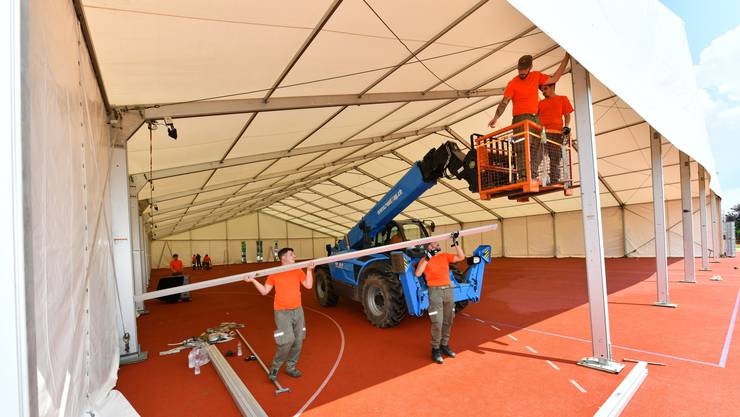Rund 35 Zivilschützer helfen beim Aufbau mit. Vor allem das Aufrichten der Zelte, wie hier auf dem roten Platz, gibt einiges zu tun. Das Turnzelt misst 30 mal 50 Meter.