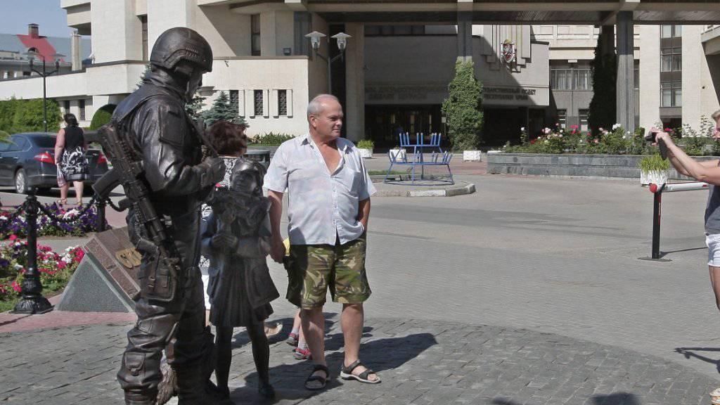 Bereits eine Attraktion: Krim-Bewohner lassen sich vor dem neuen Denkmal fotografieren. Offiziell wurde die Bronzeplastik durch Spenden finanziert.