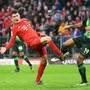 Kevin Mbabu, derzeit bei Wolfsburg erste Wahl, duelliert sich mit Benjamin Pavard von den Bayern